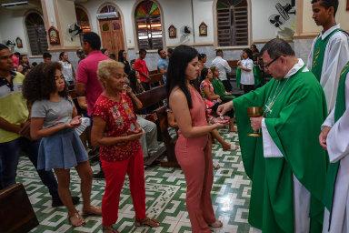 Dělicí čára papežů: Zrušení celibátu v Amazonii. Benedikt je proti, rozhodnutí je na Františkovi