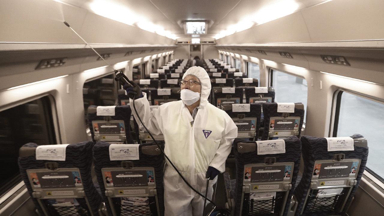 Úřady v Číně kvůli koronaviru zavádí bezprecedentní opatření  – daly do