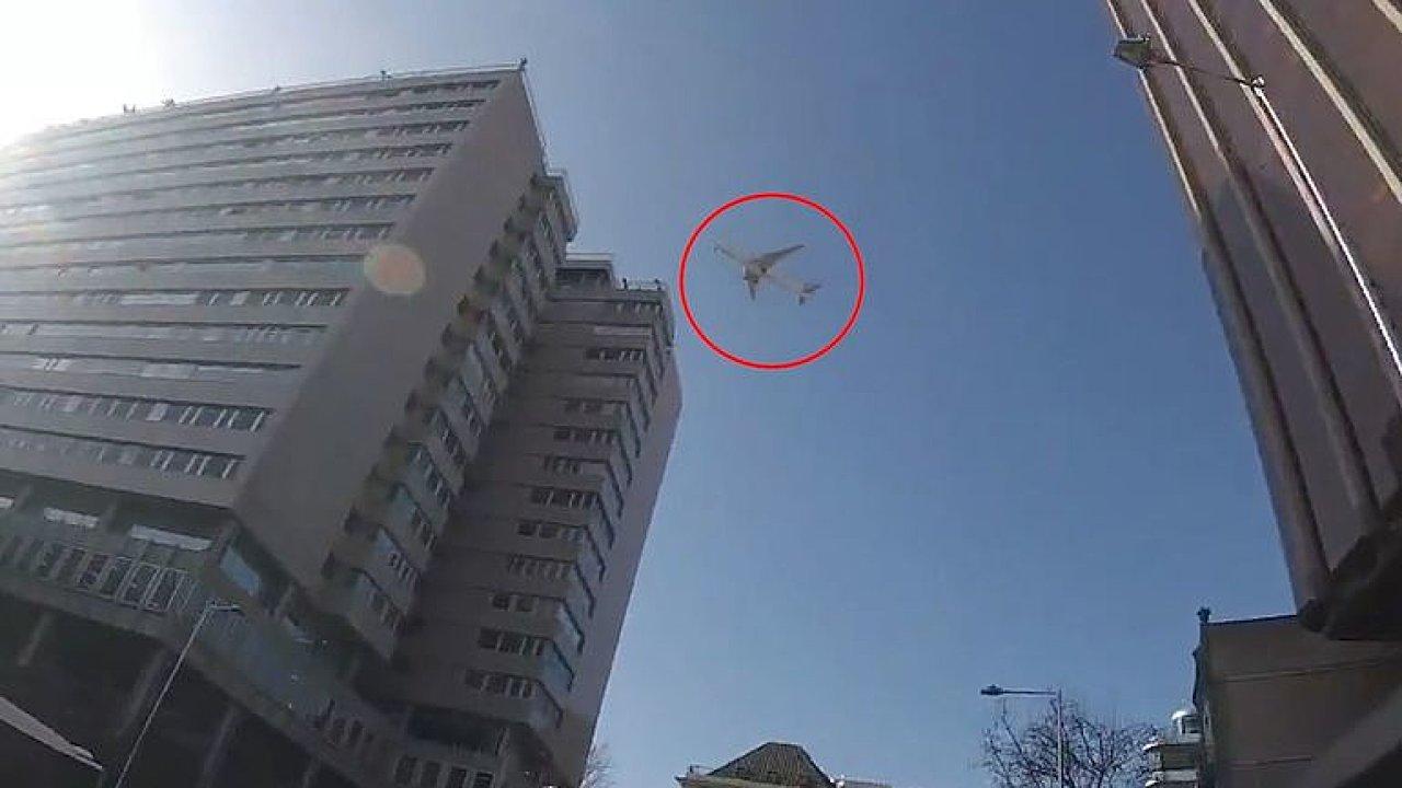 Boeing kroužil hodiny nízko nad Madridem. Kontrolovaly ho stíhačky.