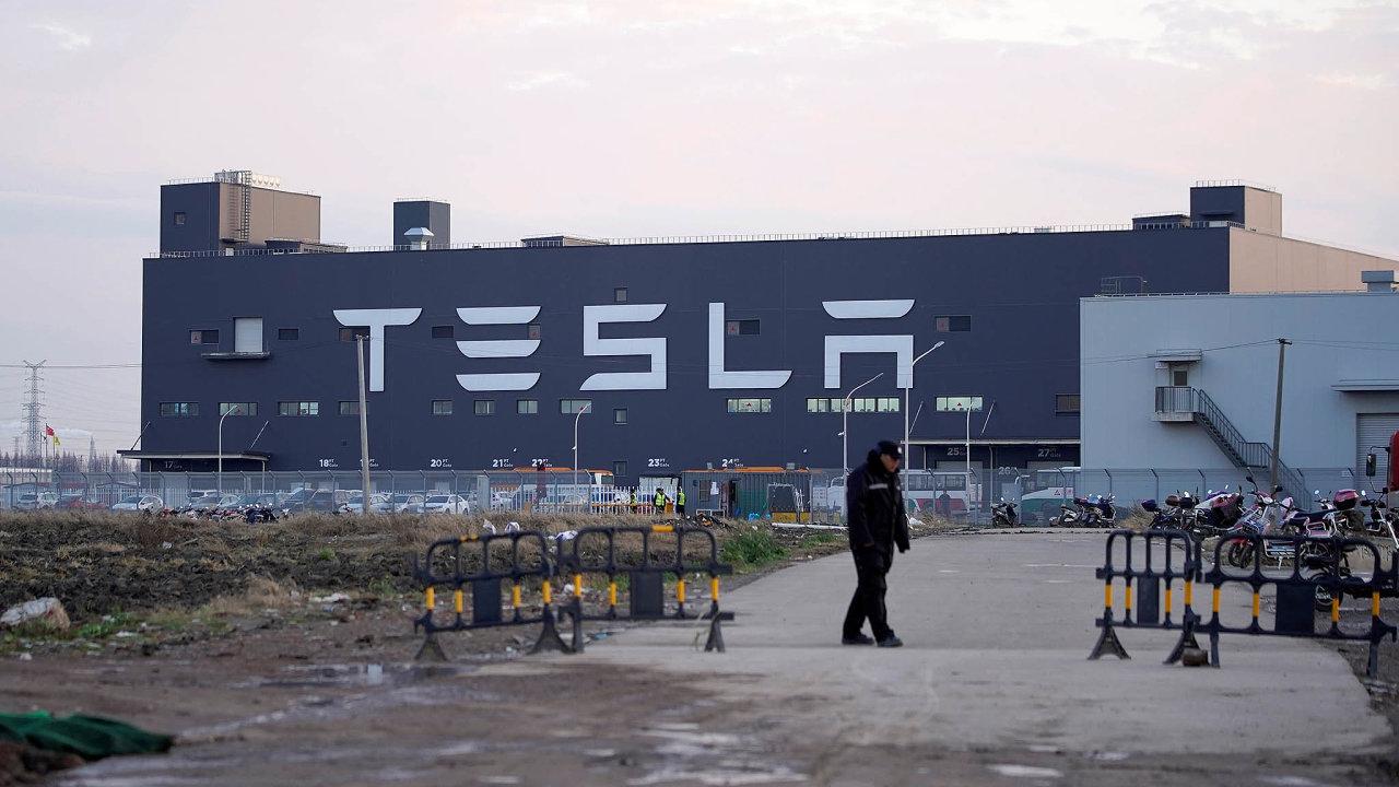 Oproti řadě jiných továren v Číně včera naopak obnovily provoz americké automobilky Tesla, Daimler aFord Motor.