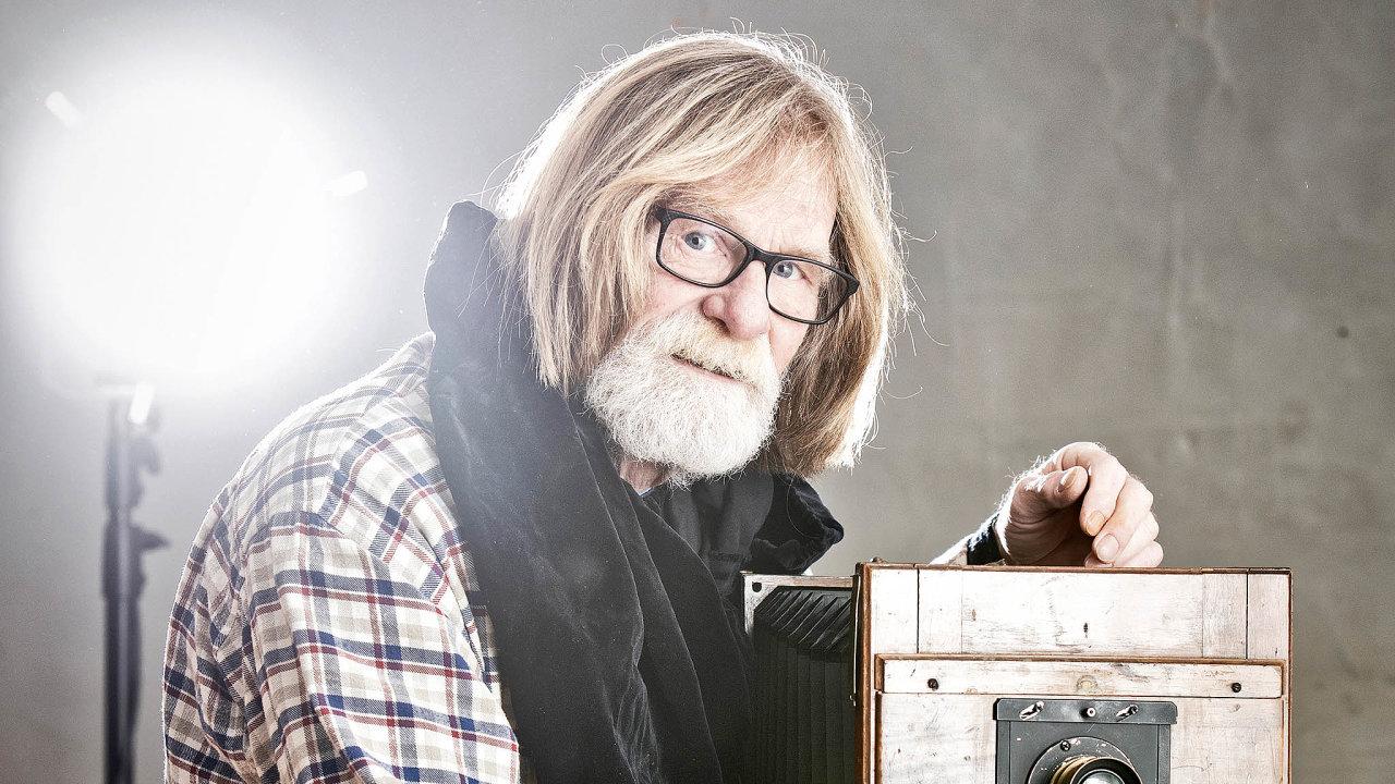 František Provazník považuje fotografování zadobrou berličku pro život. Schová se zakamerou akonfrontace se světem je tak bezpečnější.