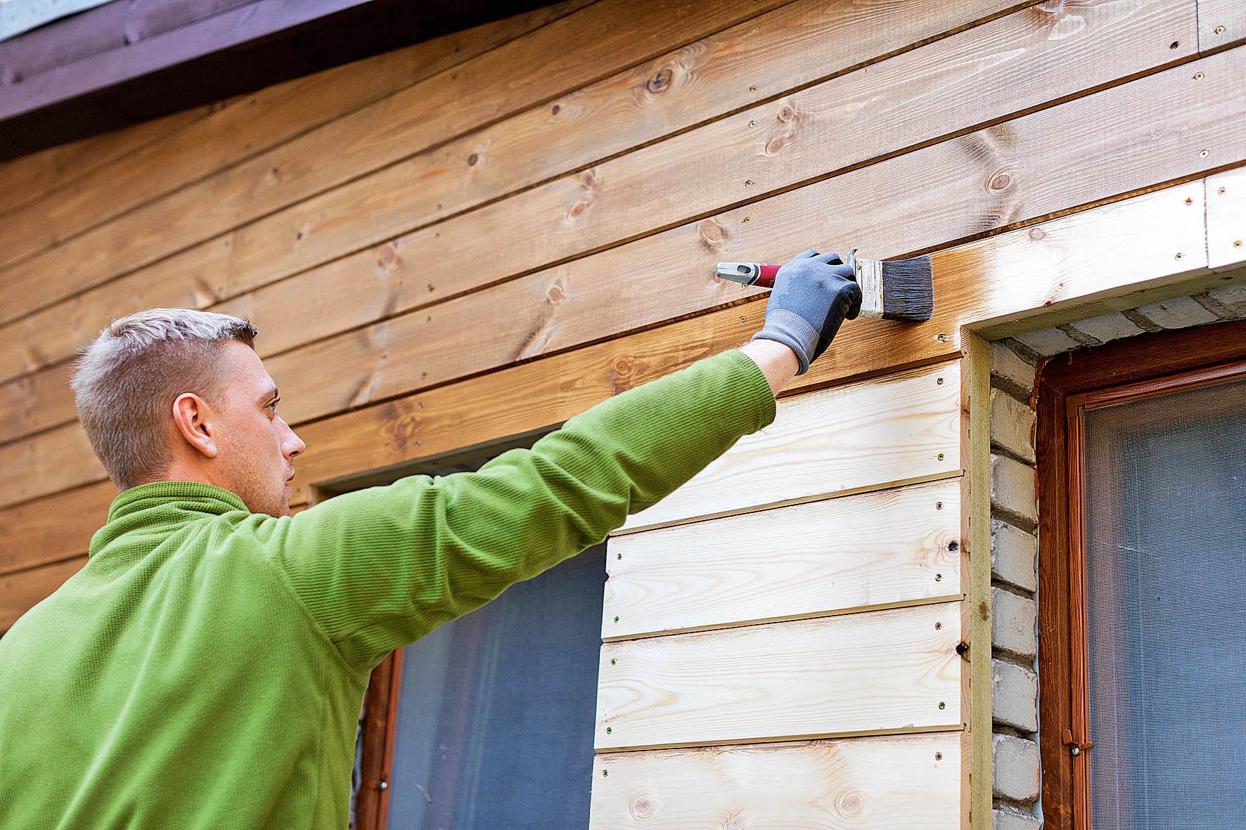Pokud má dřevo vypadat stále jako nové, je nutné ho pravidelně natírat.