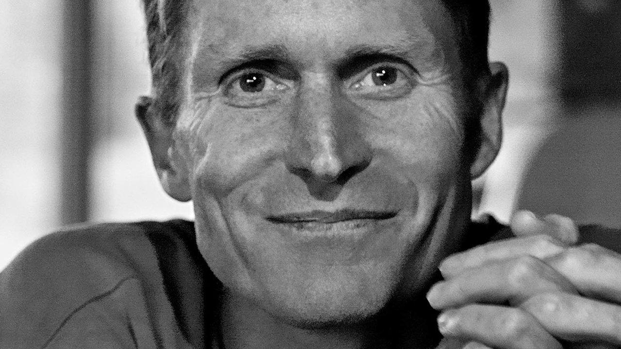 Peter Høeg patří knejpopulárnějším evropským spisovatelům, jeho knihy Cit slečny Smilly pro sníh se celosvětově prodalo přes 20 milionů výtisků.