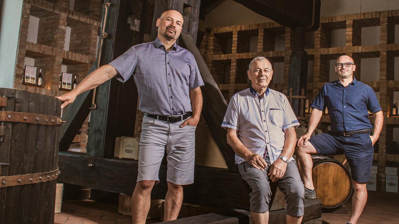 Bratři Marek (vlevo) aDavid Šťastní už převzali odsvého otce Antonína vrodinné společnosti Chateau Valtice většinu práce. Adoufají, že vbudoucnu naně navážou jejich potomci.