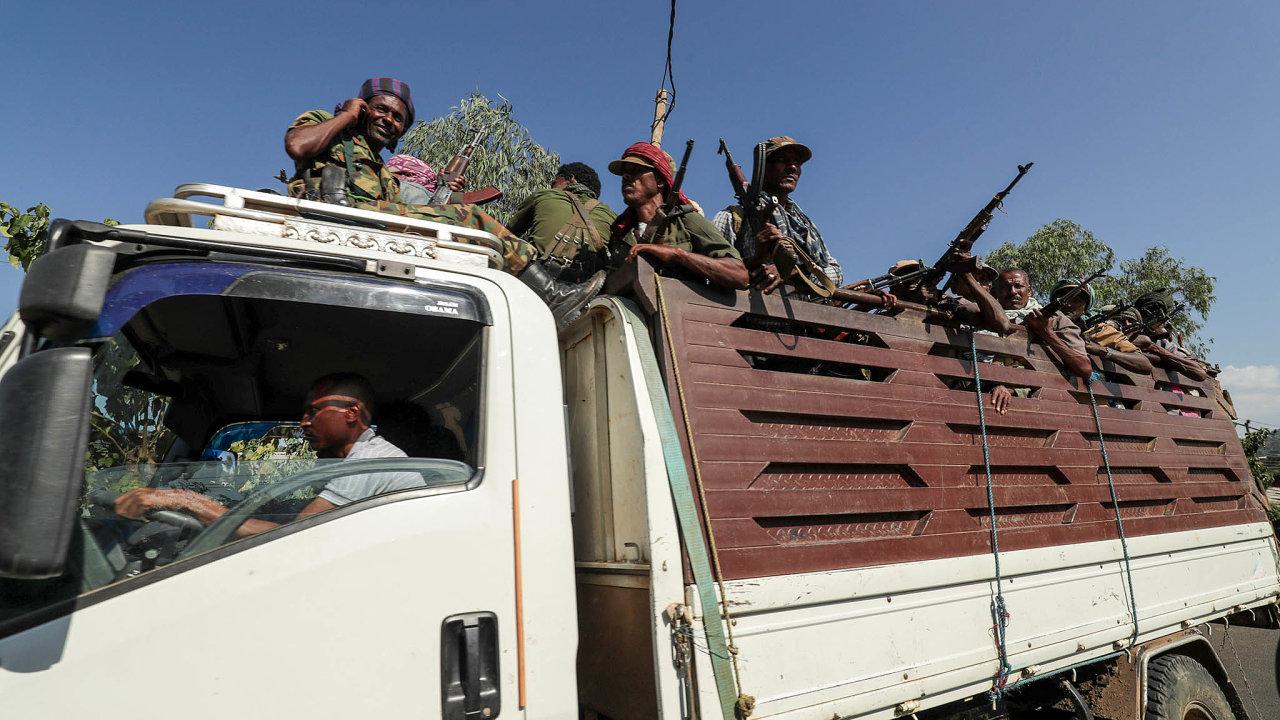 Vojáci. Přesuny etiopských ozbrojených jednotek (na snímku vojáci provládního Amharského státu) nepřipomínají vysoce organizovanou armádu ainformace ostavu bojů sobránci Tigraje jsou protichůdné.