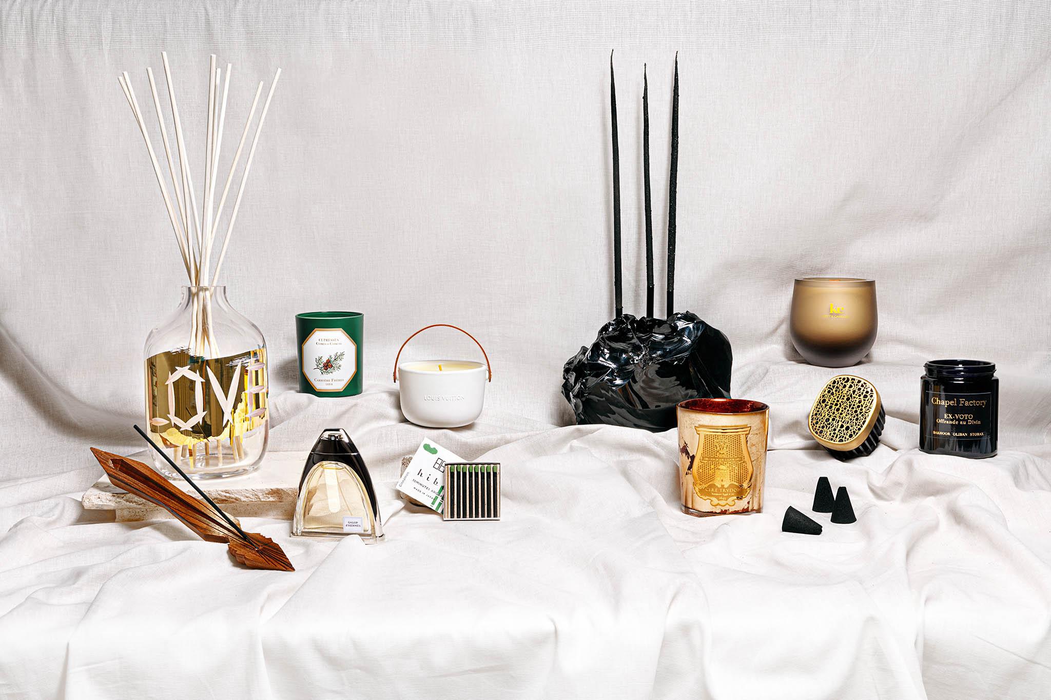V levé polovině zleva: Vonné tyčinky Bon Voyage a stojánek z palisandru, prodává PIGMENTARIUM; Difuzér z kolekce Love Letter, prodává RÜCKL a MEADOWS; Svíčka Cypřiš od Carrière Frères, prodává VAVAVOOM; Parfém Galop d'Hermès, prodává HERMÈS; Svíčka Feuilles d'Or, prodává LOUIS VUITTON; Japonské vonné sirky Hibi, prodává NILA. V pravé polovině zleva: Svíčky z včelího vosku obalené v arabských vykuřovadlech, prodává APIS CANDELA; Černý skleněný svícen, prodává ELIŠKA MONSPORTOVÁ; Svíčka Gloria od Cire Trudon, prodává INGREDIENTS; Sójová svíčka s dřevěným knotem Gingerbread House, prodává KETT'S CANDLES; Difuzér do zásuvky Un Air od Diptyque, prodává INGREDIENTS; Františky Timeless Incense, prodává MEADOWS; Svíčka Ex-Voto od Chapel Factory, prodává MYSKINO.