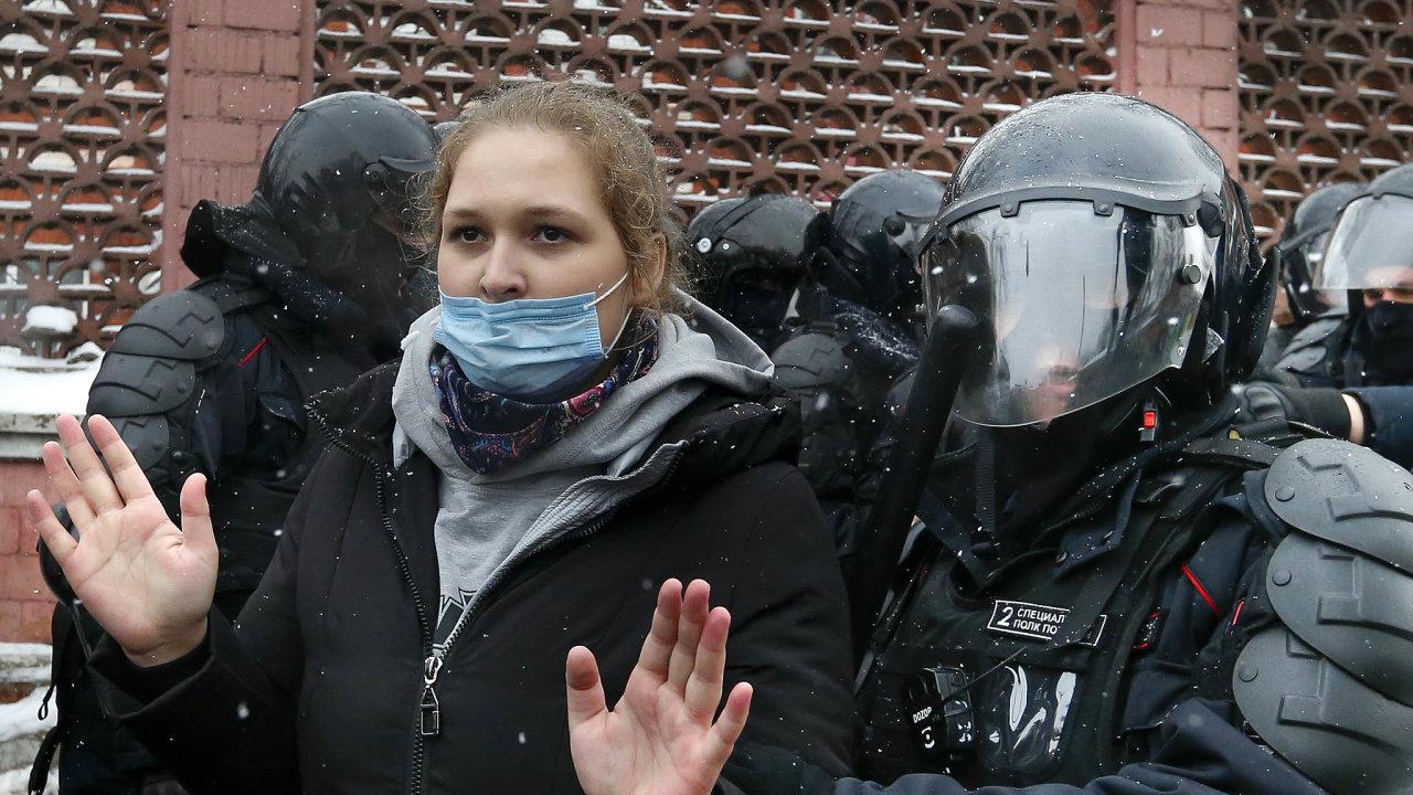 Ruská policie tvrdě zasáhla proti lidem, kteří vulicích protestovali proti režimu prezidenta Vladimira Putina azapropuštění opozičního aktivisty Alexeje Navalného.