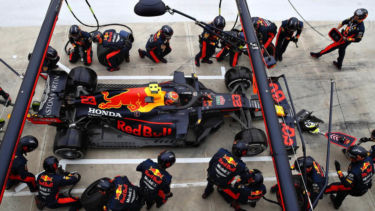 Největší týmy ve startovním poli F1, tedy Mercedes, Ferrari a Red Bull (na snímku), měly roční rozpočty kolem 450 milionů dolarů Letos se musí vejít do 145 milionů.