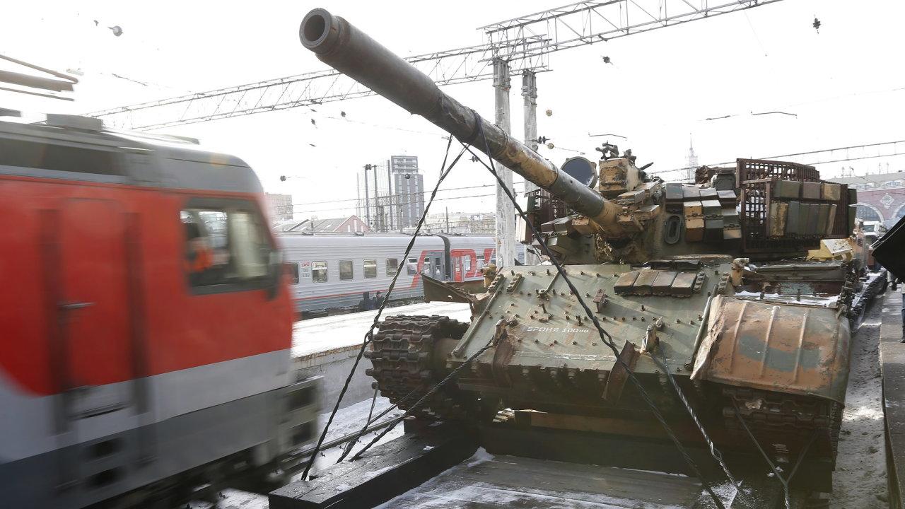 Ruské tanky na železničních vagonech