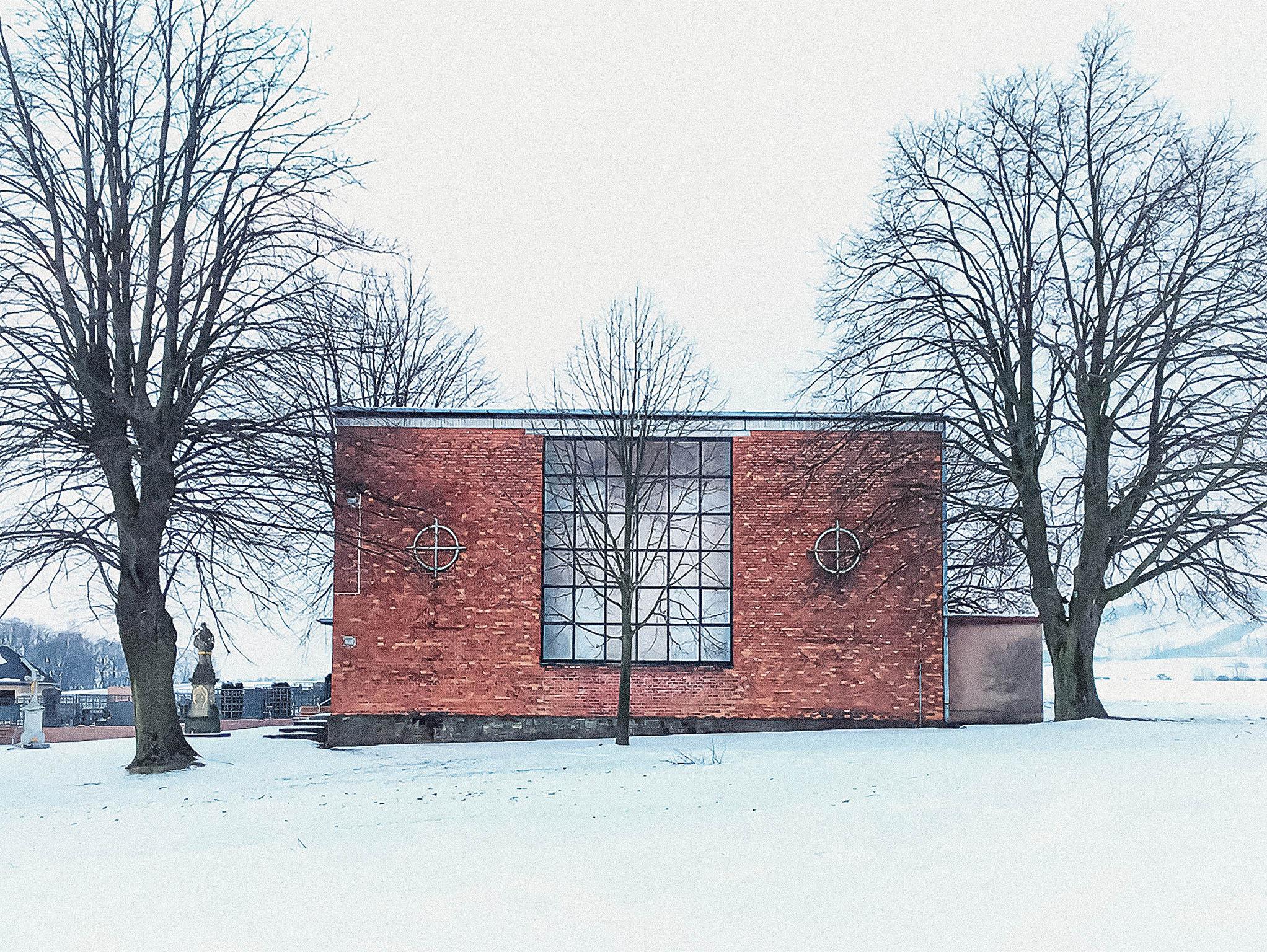 František Lydie Gahura, dvorní architekt Tomáše Bati, řešil třeba stavbu zlínské radnice. Ipřesto ale vytvořil pro malou obec jedinečnou kapli zrežných cihel.