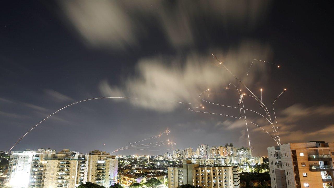 Záblesky na snímku jsou rakety obranného systému Iron Dome, jak ničí střely z Pásma Gazy mířící na Aškelon