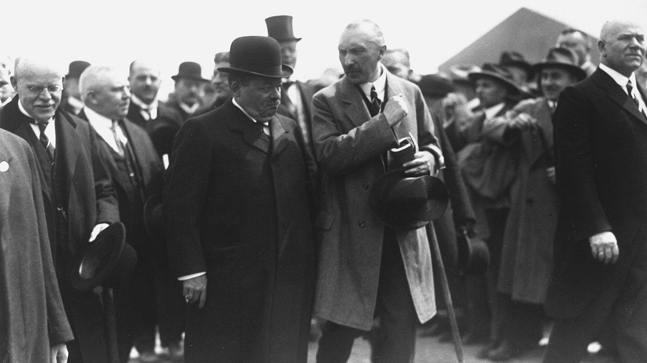 Konrad Adenauer (vpravo) jako starosta Kolína provází říšského prezidenta Friedricha Eberta.