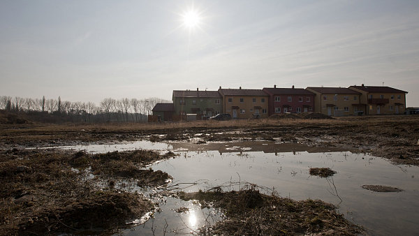 Satelitní městečko Květnice leží na východ od Prahy. Jedna jeho část je zcela odříznuta od zbytku obce.