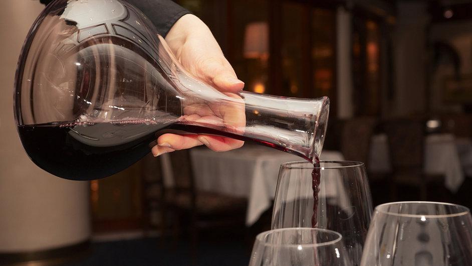 Decantace vína - ilustrační foto.
