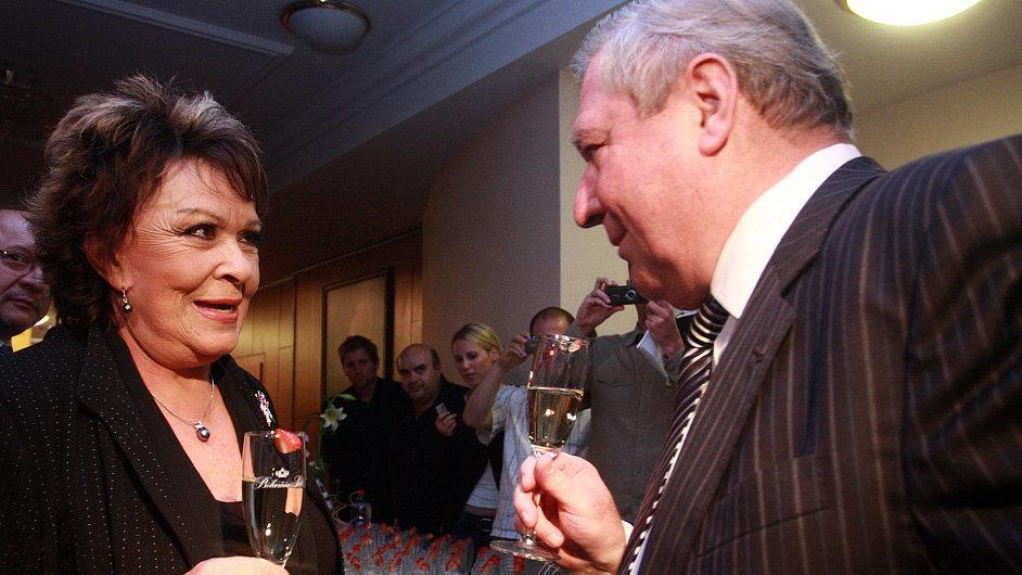 Jiřina Bohdalová si na narozeninách připíjí s Miroslavem Šloufem.