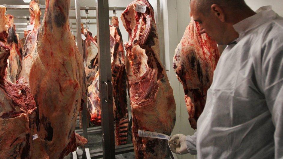 V první řadě visí v Jenči čerstvé maso. Tento konkrétní kus měl dostatek tuku, který bude maso při zraní chránit.