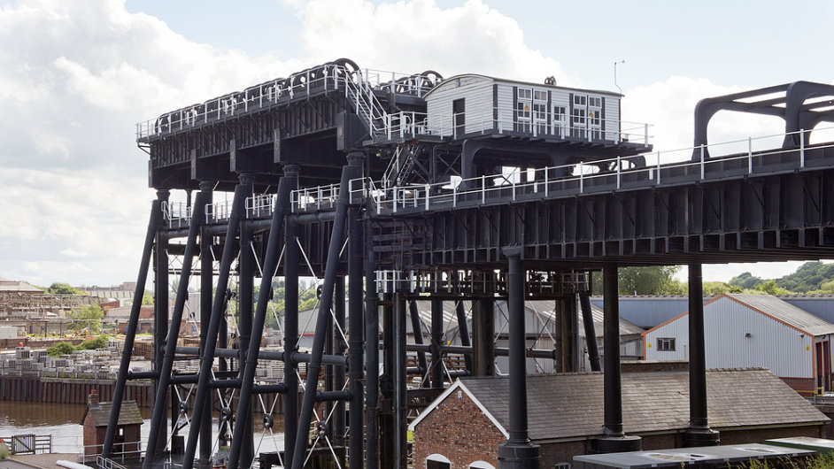 Lodní výtah Anderton pomáhá lodím překonat převýšení 15 metrů.