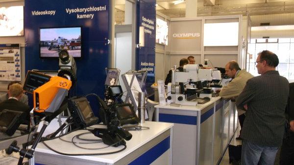 Firma Olympus a její vysokorychlostní kamera (vpravo). Vzadu za ní mikroskopy, které mohou návštěvníci sami vyzkoušet