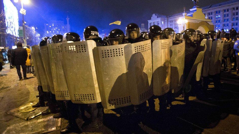 Policie na náměstí Nezávislosti v Kyjevě.