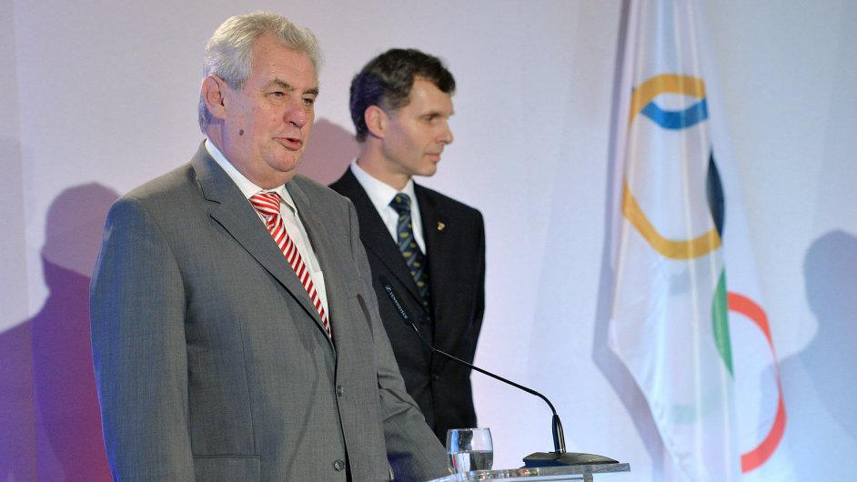 Prezident Miloš Zeman (vlevo) a předseda Českého olympijského výboru Jiří Kejval při slavnostním oznámení olympijské nominace