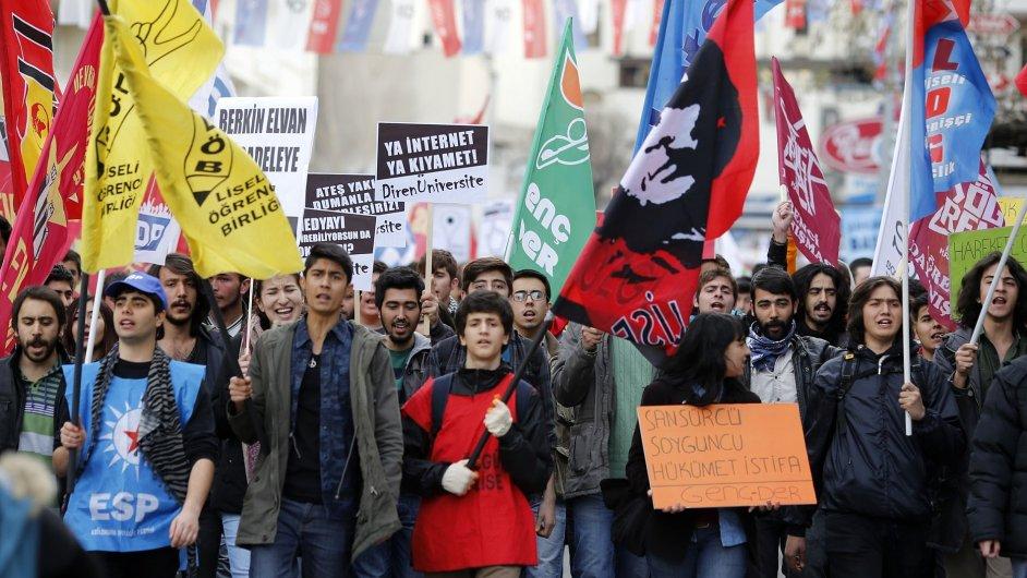 Turecké protesty proti novému internetovému zákonu.