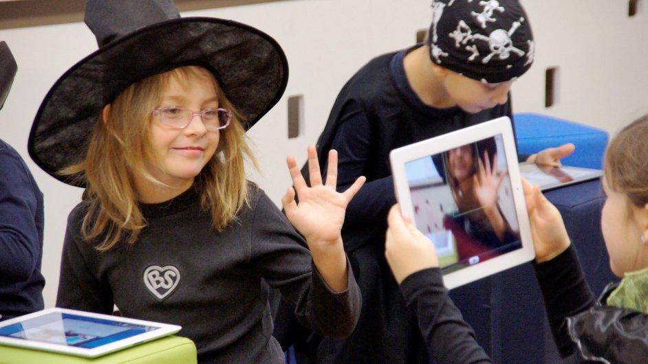 Žáci vytvářeli v hodině angličtiny komiks pomocí iPadu.