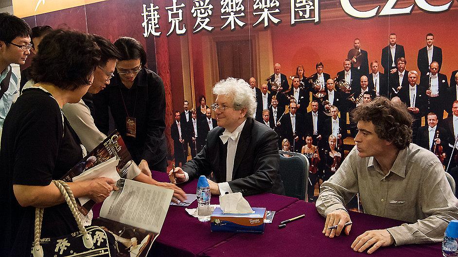 Jiří Bělohlávek dává autogramy na asijském turné České filharmonie.