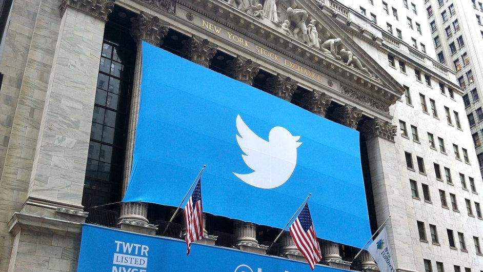 Logo Twitteru pověšené na budově New York Stock Exchange, listopad 2013