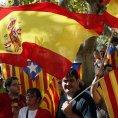 Katal�n�t� separatist� i �pan�l�t� unionist� p�ed katal�nsk�m parlamentem