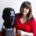 Marie �eborov� s bustou V�clava Havla pro irsk� parlament.