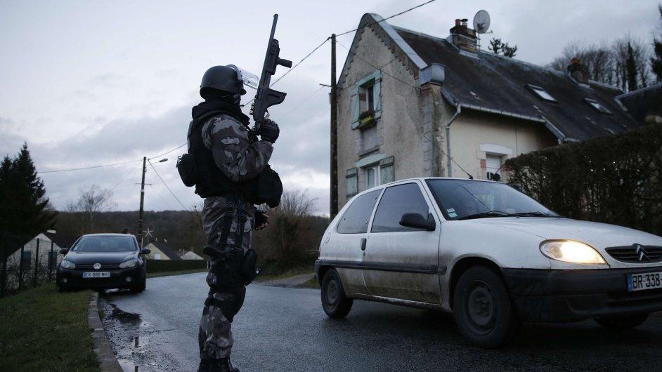 Příslušník speciálních jednotek pátrá v oblasti Corcy po útočnících z Paříže.