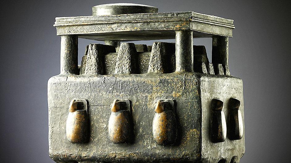 Součástí výstavy je i dílo Pavilón, jejž roku 2007 z bronzu vytvořil Jaroslav Róna.