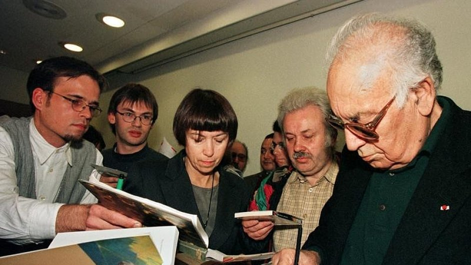 Yaşar Kemal podepisuje knihy po tiskové konferenci na Frankfurtském knižním veletrhu 1997.