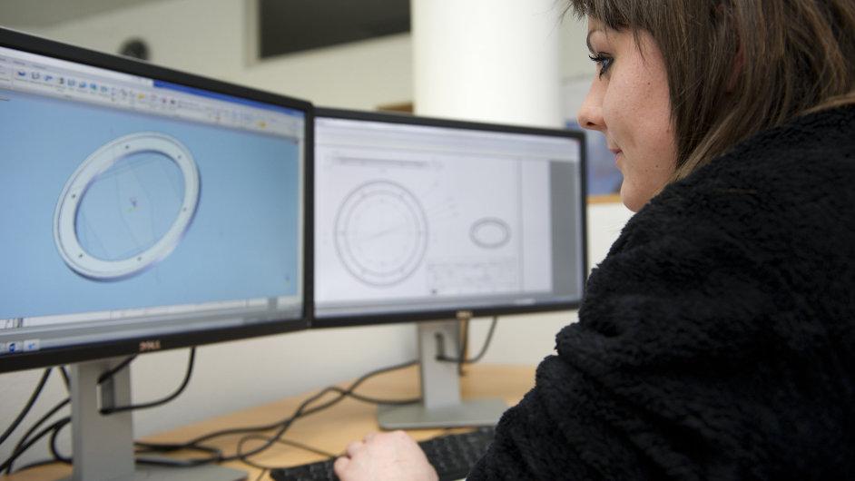 Kristýna Rodinová na fotografii připravuje ve Studentské kanceláři v Sezimově Ústí 3D zobrazení součástky, kterou kreslila.