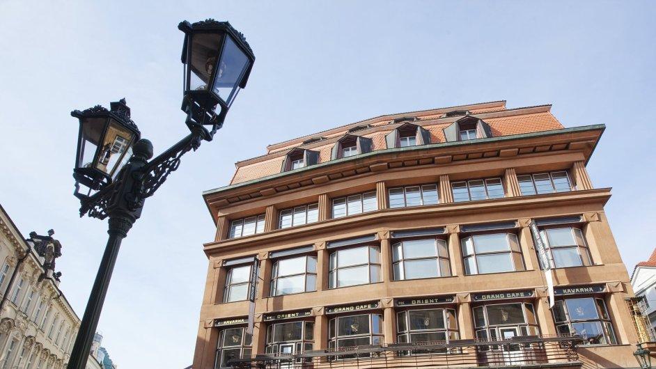 Dům u Černé Matky Boží. Jedinečná kubistická budova postavená architektem Josefem Gočárem v letech 1911 až 1912.