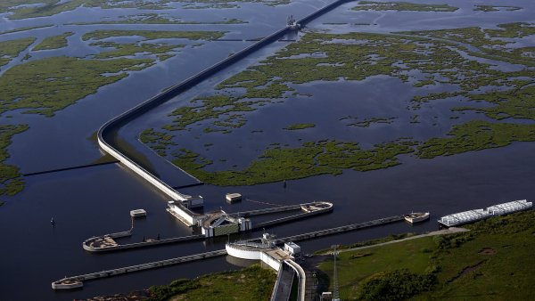 P�ed deseti lety zu�il nad americk�m pob�e��m hurik�n Katrina. Domy z�st�vaj� opu�t�n�