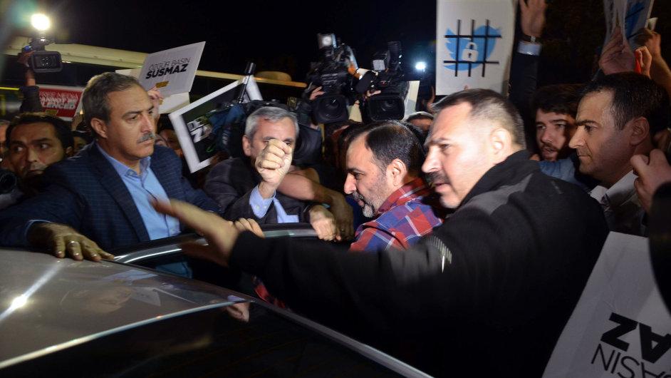 Šéfredaktor anglickojazyčného vydání deníku Zaman Bülent Keneş nastupuje do auta.