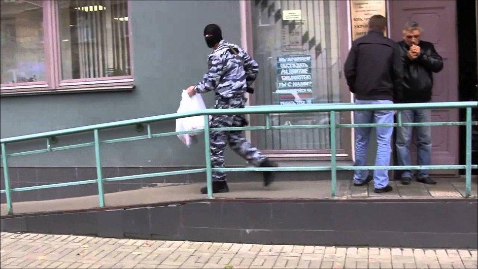 Záběr ze zásahu ruské policie v Knihovně ukrajinské literatury v Moskvě.