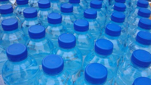 Jednorázové láhve na vodu, ilustrační foto