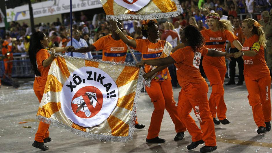 Pryč s virem. Varování před zákeřným virem zika se nevyhnou ani účastníci karnevalu v Rio de Janeiru.