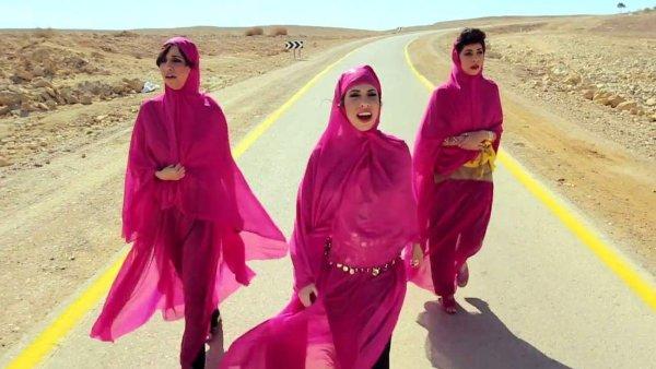 Dv� ze t�� sester, kter� tvo�� trio A-wa, �ij� v izraelsk�m Tel Avivu.