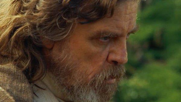 Mark Hamill v roli Luka Skywalkera při natáčení Epizody VIII Hvězdných válek.
