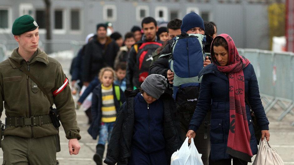Uprchlíci na přechodu ze Slovinska do rakouského Spielfeldu.