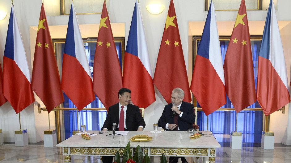Prezident Miloš Zeman (vpravo) a jeho čínský protějšek Si Ťin-pching (vlevo) se 29. března na Pražském hradě setkali s novináři.