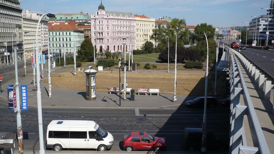 Na místě někdejšího nádraží na Těšnově, které bylo odstřeleno roku 1985, je dnes malý park.