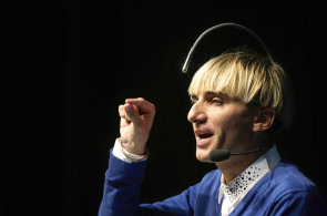Muž s tykadlem: Svéráznému kyborgovi umožňuje zařízení zabudované v mozku slyšet barvy