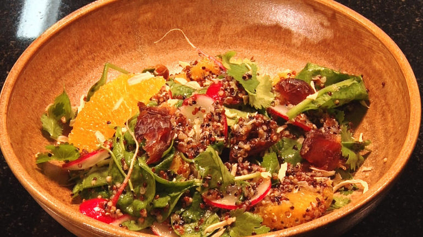 Jezte zdravě. Připravte si jarní salát z quinoy, ředkviček a pomerančů.