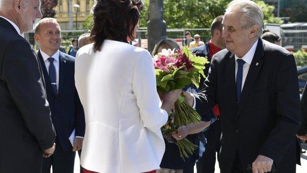 Zeman přijíždí do Jihomoravského kraje. Část zastupitelů ho bojkotuje, před krajským úřadem protestují lidé