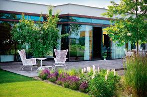 Grilování u jezírka. Architekti navrhli zahradu, v níž je možné žít