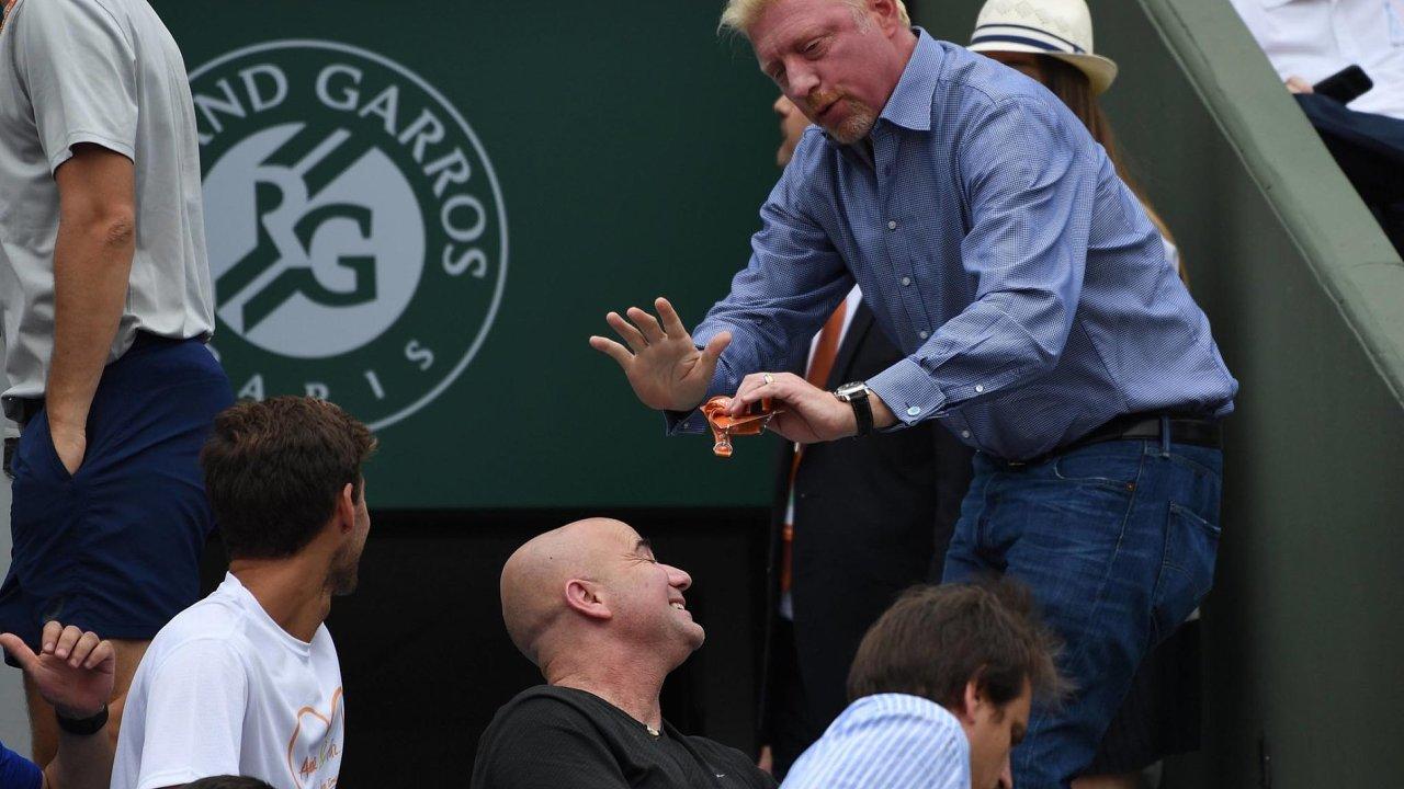 Boris Becker jako by na snímku z Roland Garros uklidňoval Andreho Agassiho. VeWimbledonu sledují Novaka Djokoviče, kterého Becker trénoval. Nyní ho vystřídal Agassi.